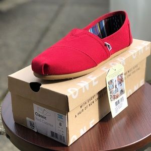 Toms. Size 8. NWT